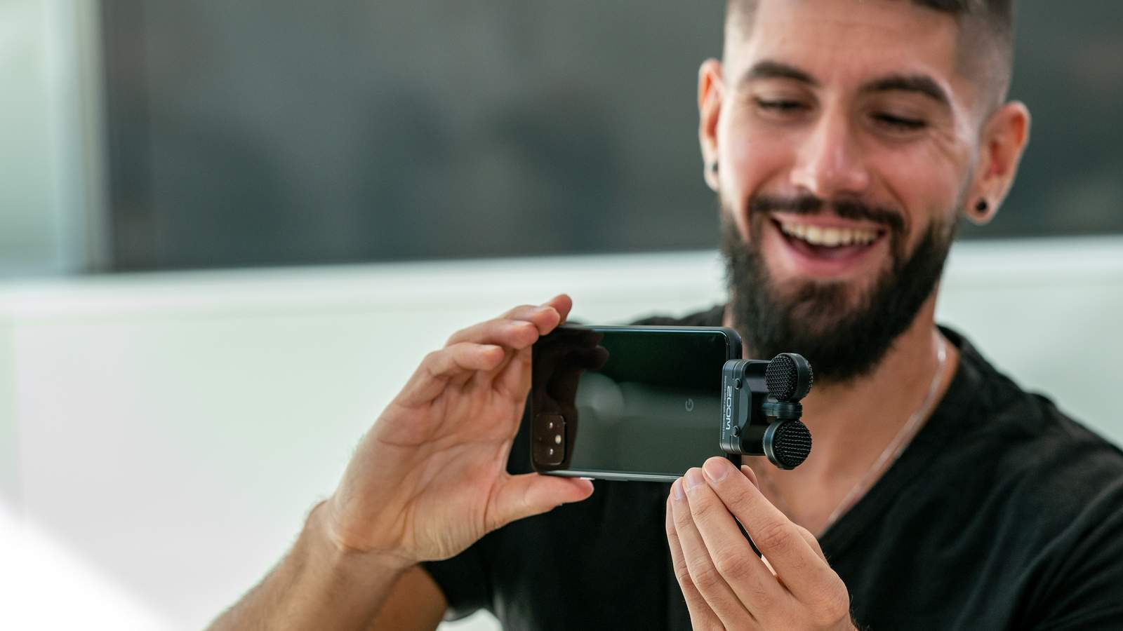 videographer using  an Am7 on his android