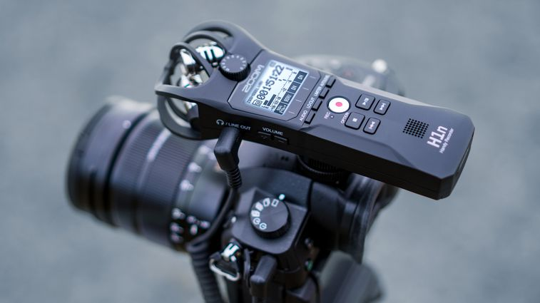 h1n recorder on top of DSLR camera